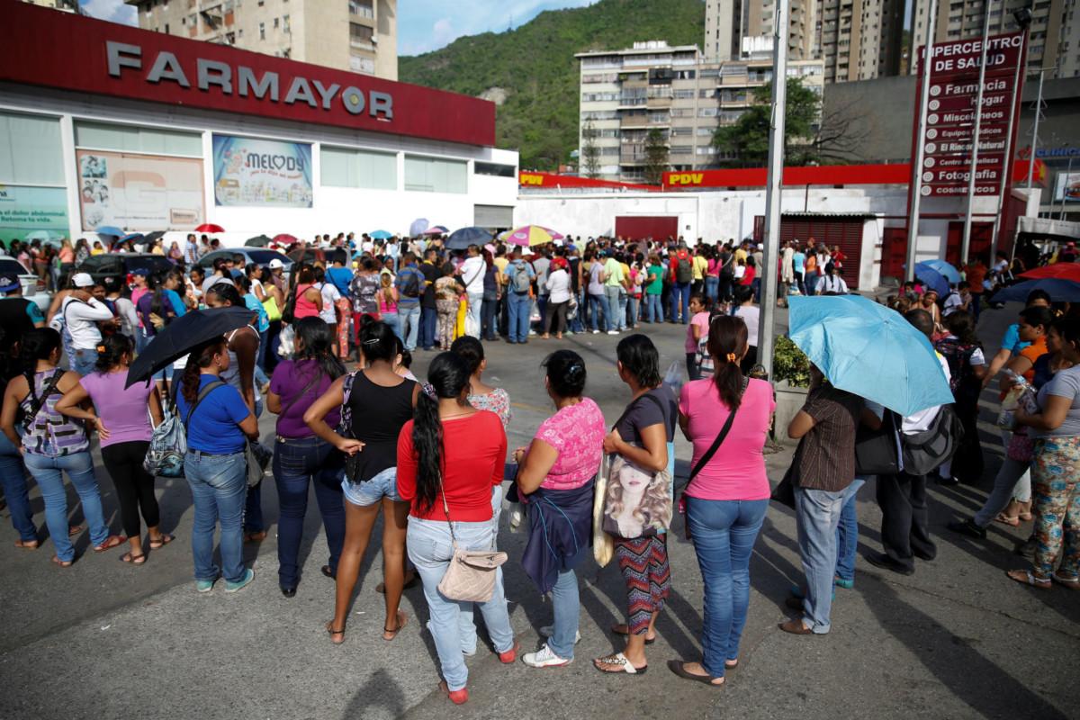 委內瑞拉排隊買廁紙的人龍。 圖片來源:路透社