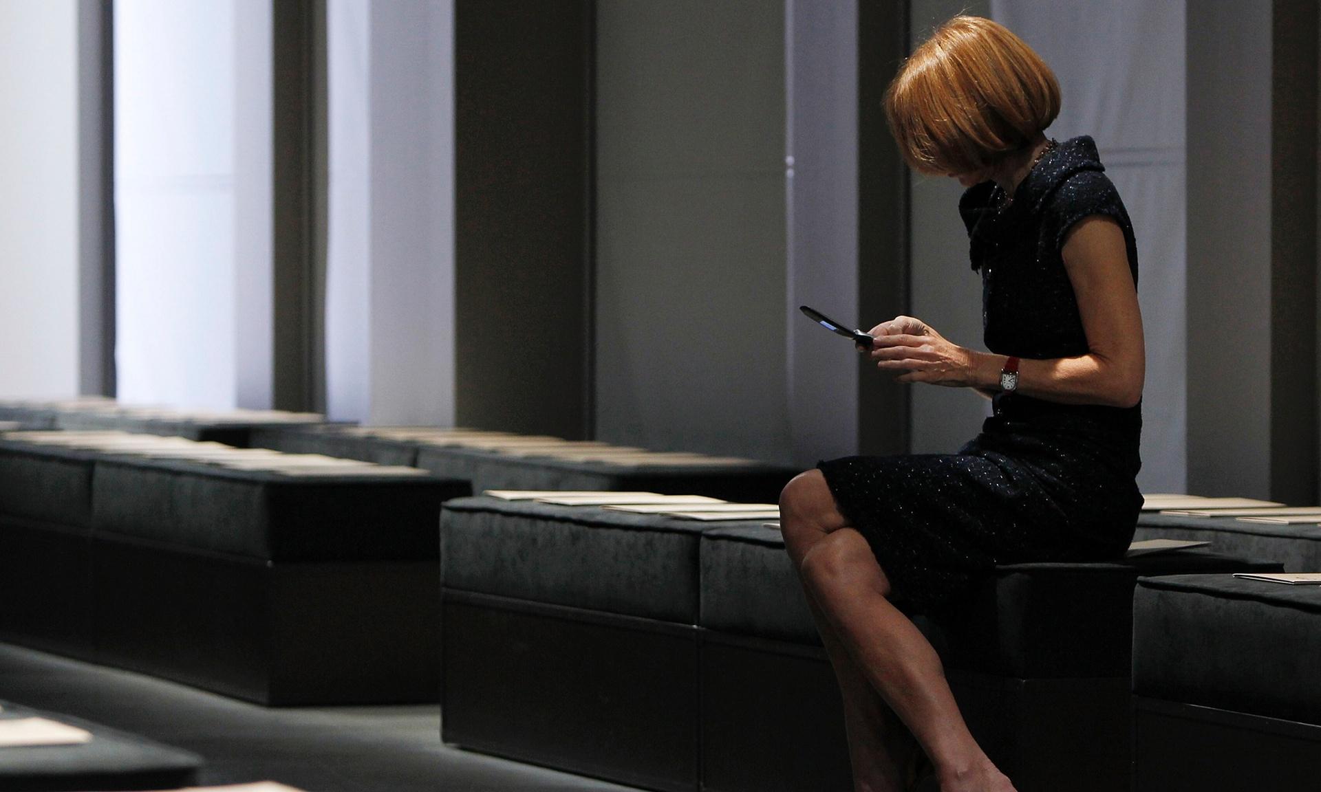 真.潮流教主 Anna Wintour 仍是傳統手機的捧場客。圖片來源:路透社