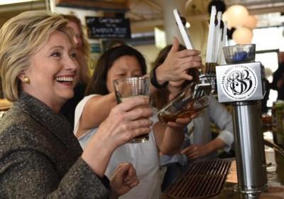 今屆美國大選,流行飲手工啤酒。(圖片來源:www.instagram.com/hillaryclinton)