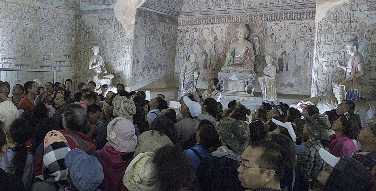 到訪莫高窟的旅客過多,令洞內氣溫及濕度上升,對古蹟構成傷害。圖片來源:敦煌研究院