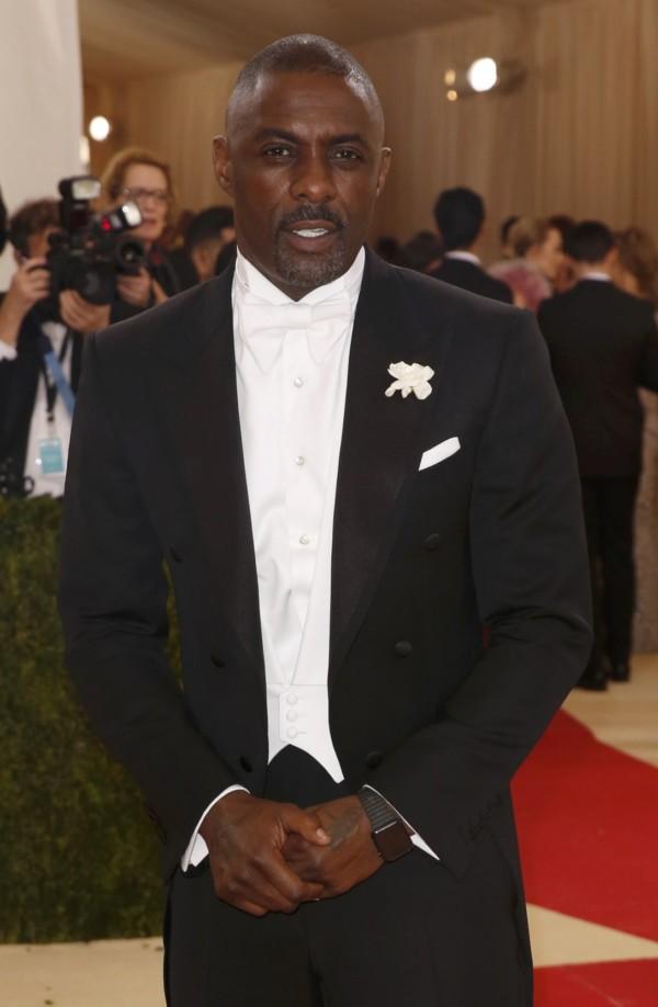 Idris Elba 在裝扮上的唯一科技元素,就只有左手上的 Apple Watch。圖片來源:路透社