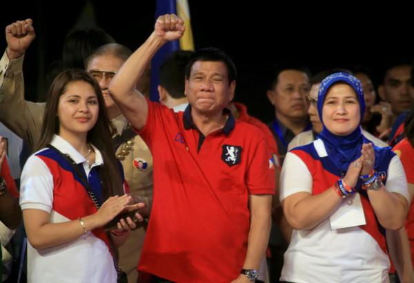 菲律賓的毒品及罪惡問題,催生了「Ma' Rosa」這套電影,亦令主張嚴打所有罪犯的 Rodrigo Duterte(中)贏得選民歡心。圖片來源:路透社