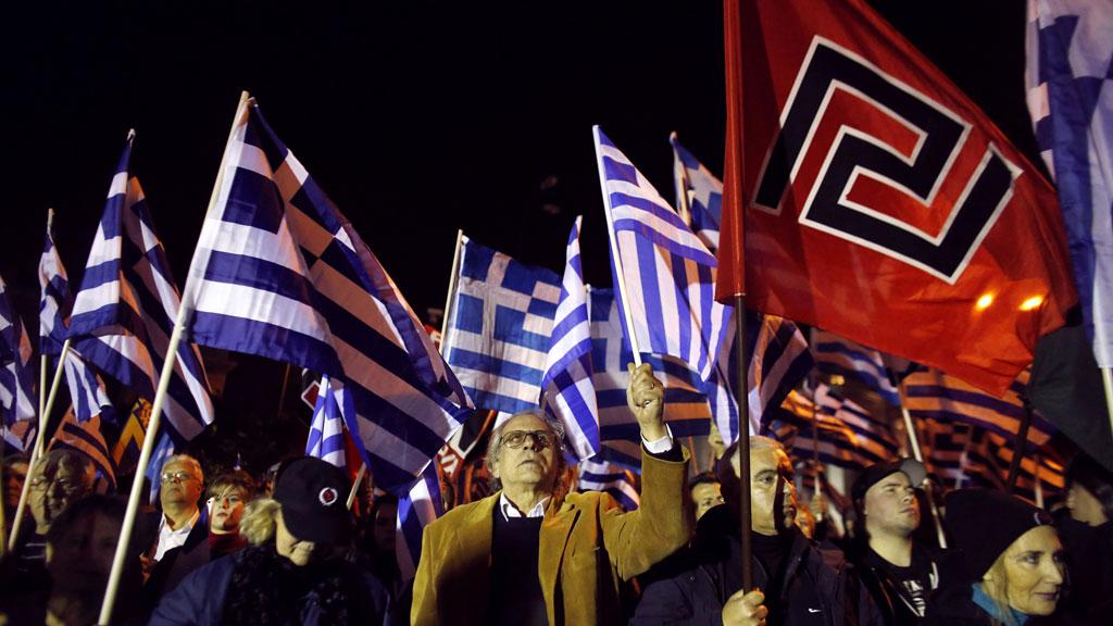 希臘新納粹組織「金晨」(Golden Dawn)自組衛隊,行動針對中東難民。 圖片來源:路透社