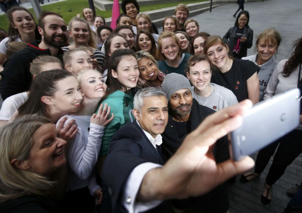 新任倫敦市長與市民自拍。 圖片來源:Reuters