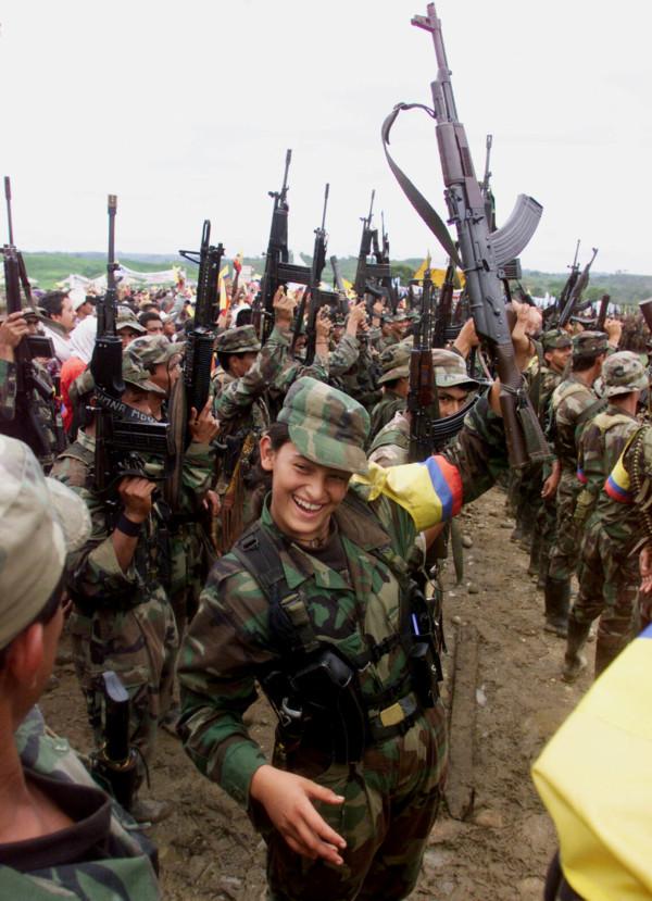 FARC 士兵舉起步槍。 圖片來源:路透社