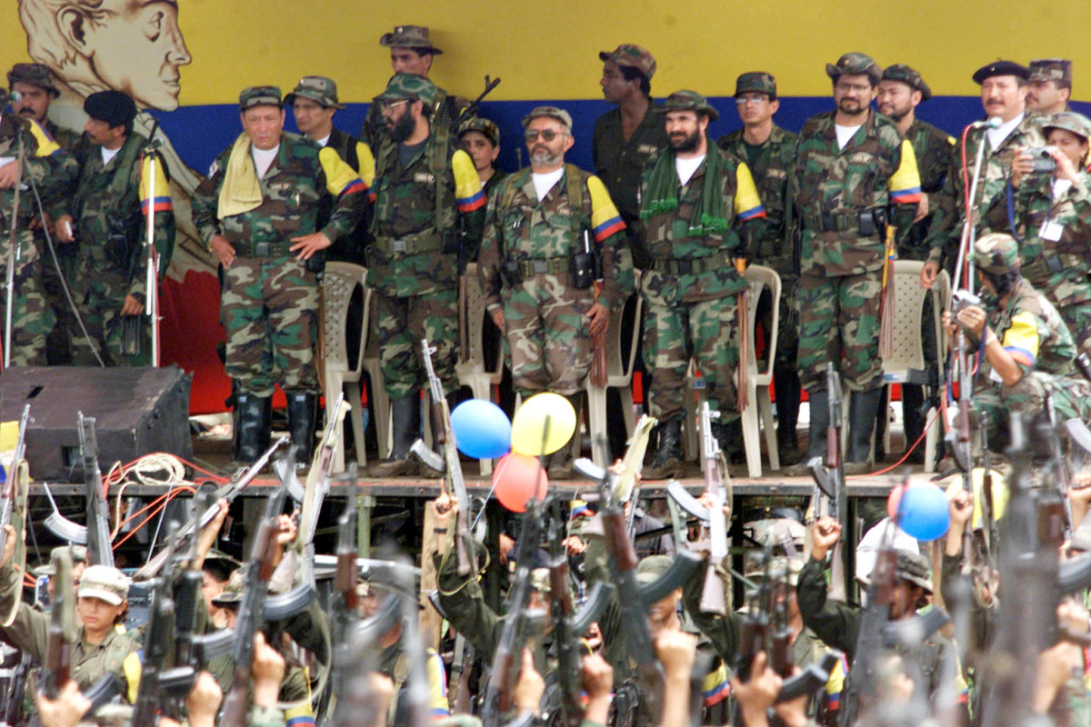 2000 年,FACR 的首領在台下點閱士兵。 圖片來源:路透社