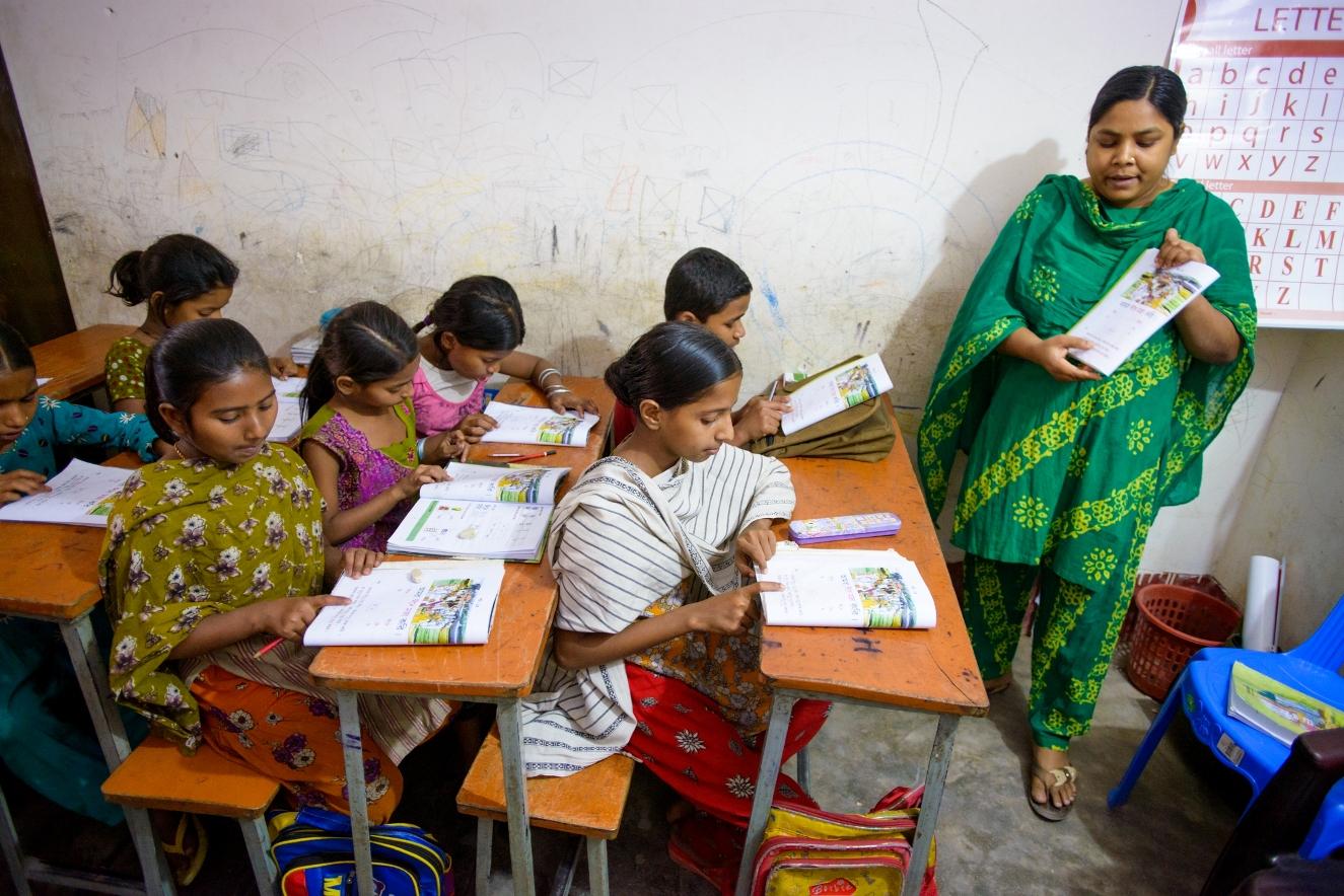 宣明會在孟加拉達卡石宿區開設夜校,讓童工有機會讀書。