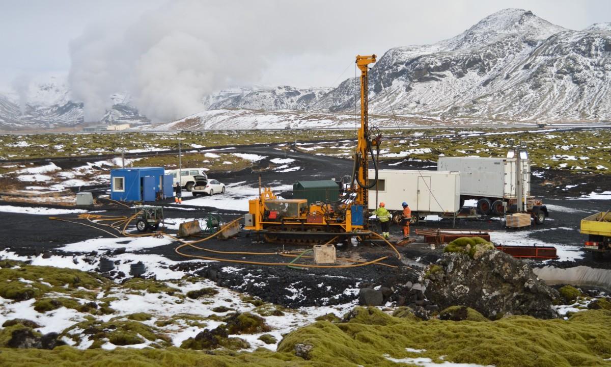 研究員注入溶解在水中的 CO2 到火山岩,兩年時間 95% 的 CO2 礦石化。 圖片來源:Science