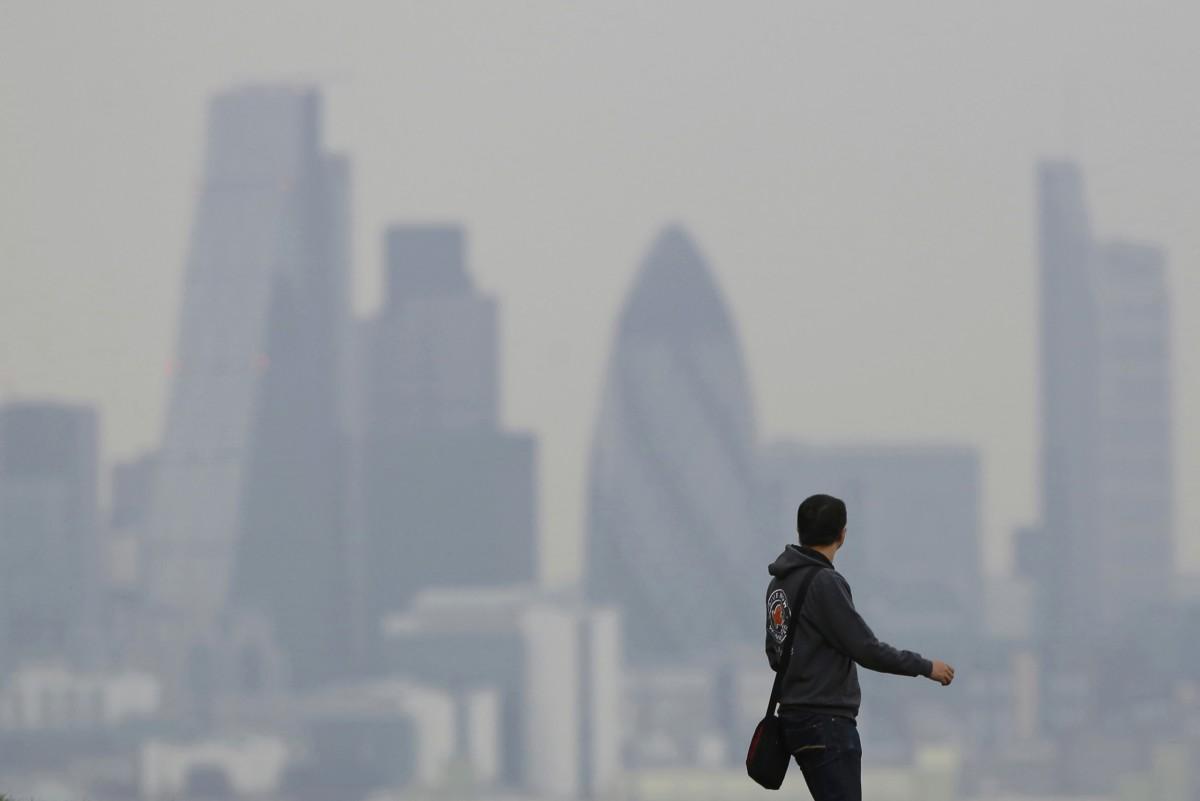 一男子在格林威治公園眺望倫敦迷濛的天際。新任倫敦市長關注倫敦空氣污染嚴重問題。 圖片來源:路透社
