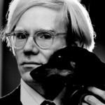 Andy Warhol 出名朋友多,卻 Warho l在他的書 The Philosophy of Andy Warhol ( From A to B and Back Again ) 中提到自己曾因為找不到心目中的深交,所以去了看精神醫生。難道 Warhol 是個世紀自戀者?圖片來源: Wikipedia