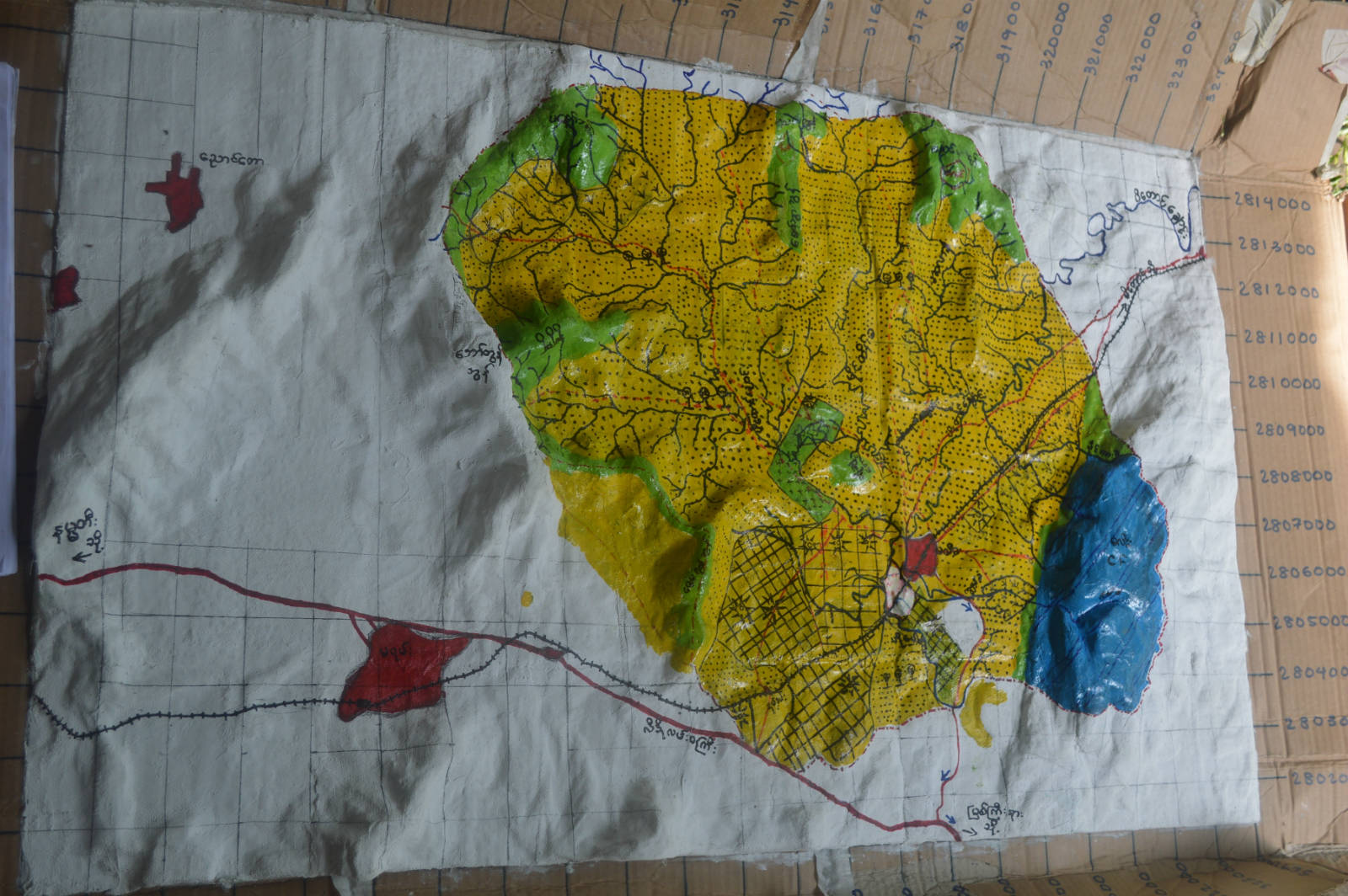 克欽邦的森林用戶小組利用自製的地勢模型,更好地掌握及規劃自己社區的林地使用。