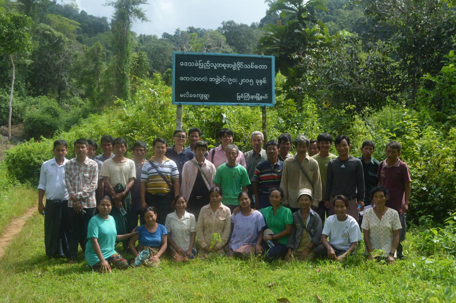 作者(後排左八)與緬甸當地社區森林小組成員合照
