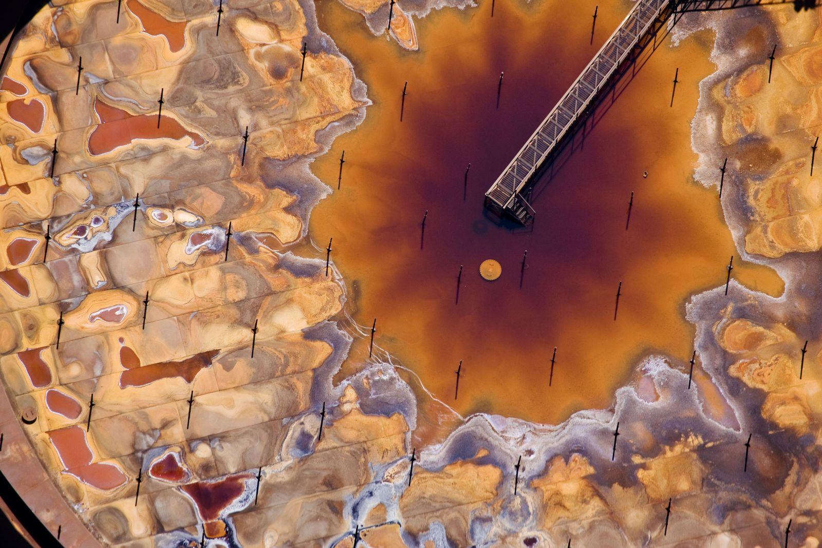油砂(tar sands)提煉廠一個油罐內的情況。提煉油砂所產生的有害物質令加拿大 Athabasca 由一個原始的濕地系統,變成一片危害生態之地。圖片來源: J Henry Fair