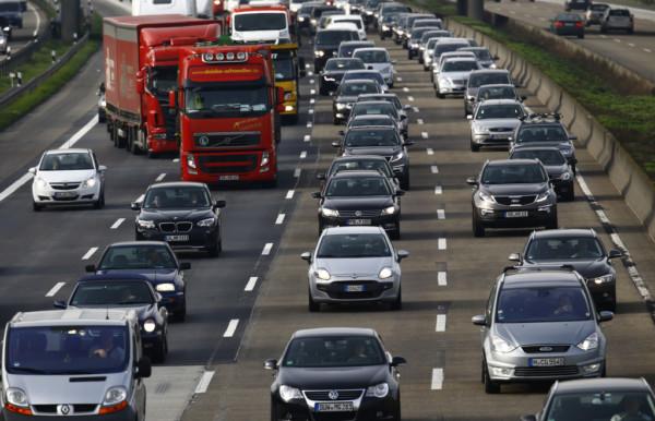 由於多處都修橋補路,即使自己開車,仍難逃塞車命運。圖片來源:路透社