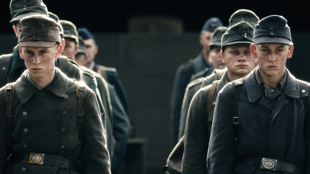 被派拆彈的戰俘盡是少年兵。 圖片來源:電影「十個拆彈的少年」劇照