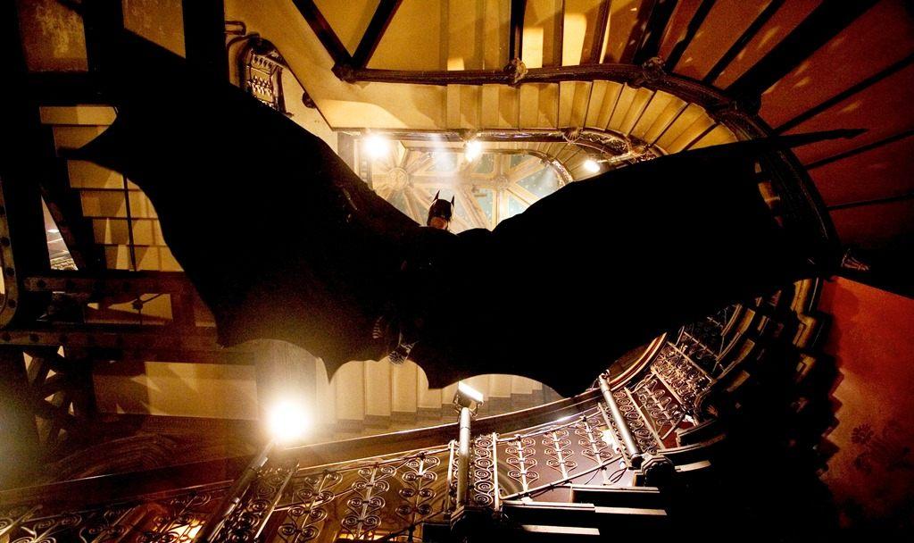 蝙蝠俠無超能力,只能靠披風飛天,但理科生精密計算後,發現用這件披風滑翔,只會非死即傷。圖片來源:imdb