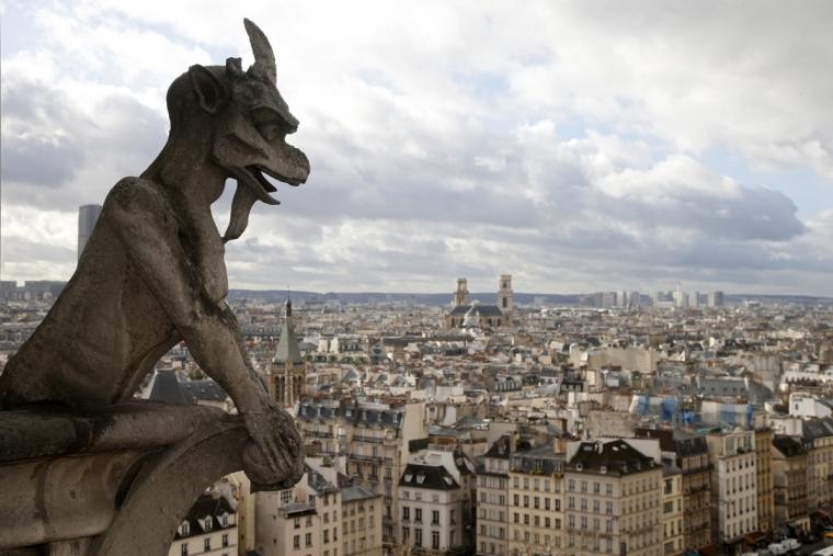 巴黎聖母院上俯瞰法國首都的喀邁拉石像。圖片來源:路透社