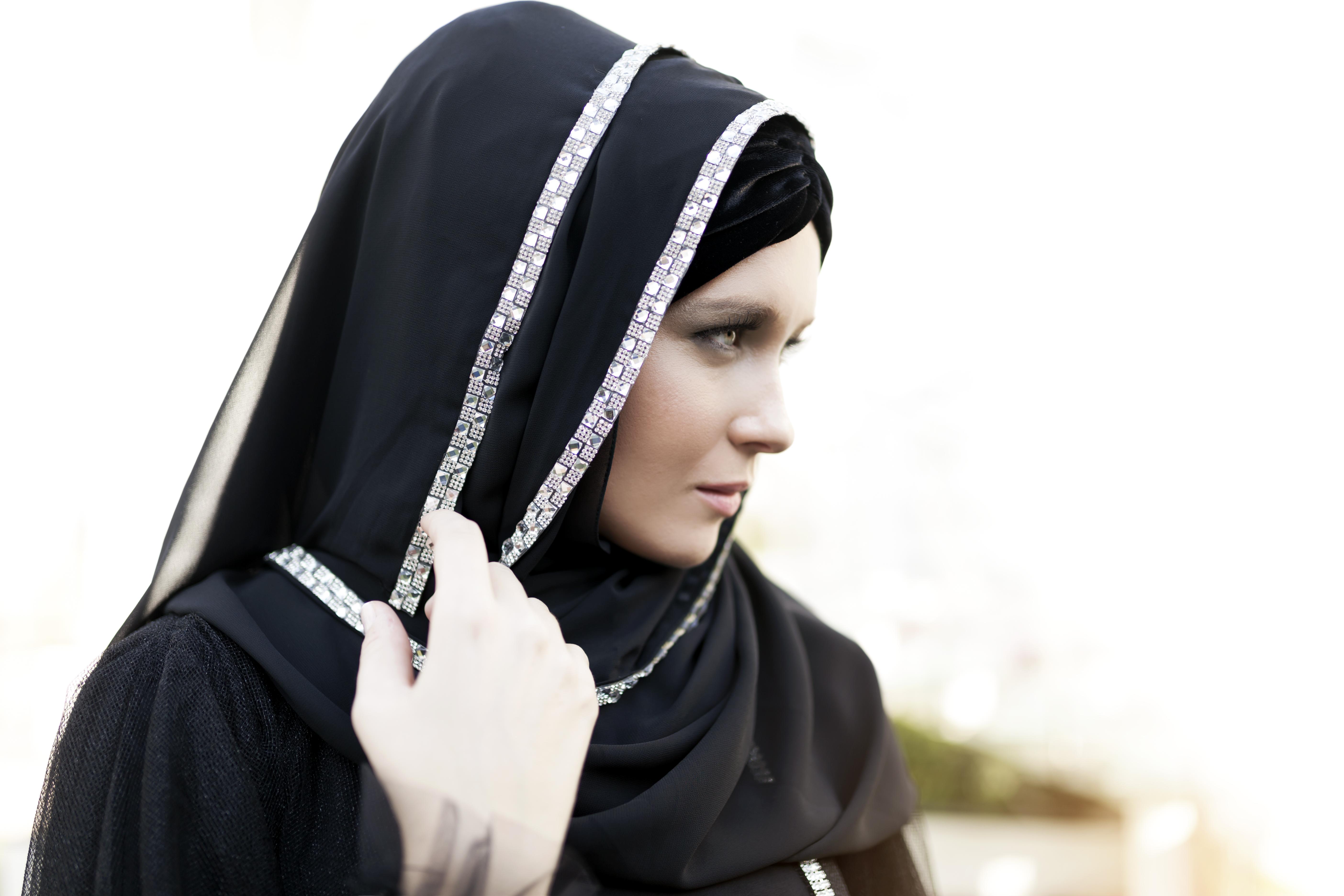 自 1979 年起,伊朗女性在公開場合必須戴上頭巾,否則即是犯罪。