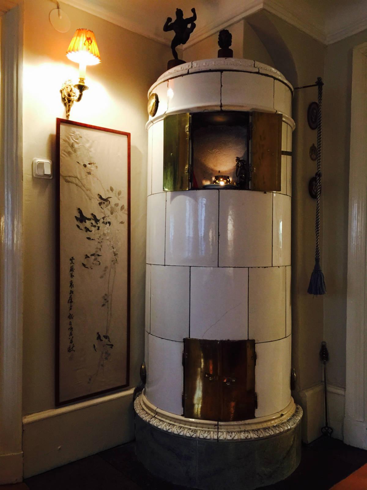 已有 200 多年歷史的圓柱磚砌壁爐,燒柴一次可供暖 12 小時。