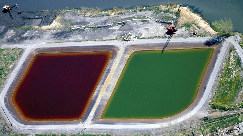 燃煤發電廠的蓄水池。這種發電廠既是環境幅射的主要來源,亦排放高濃度的砷、鎘、鉻、鉛、硒、硫酸鹽、硼和其他污染物,而燃煤灰與煙囪殘留物更是劇毒。圖片來源: J Henry Fair