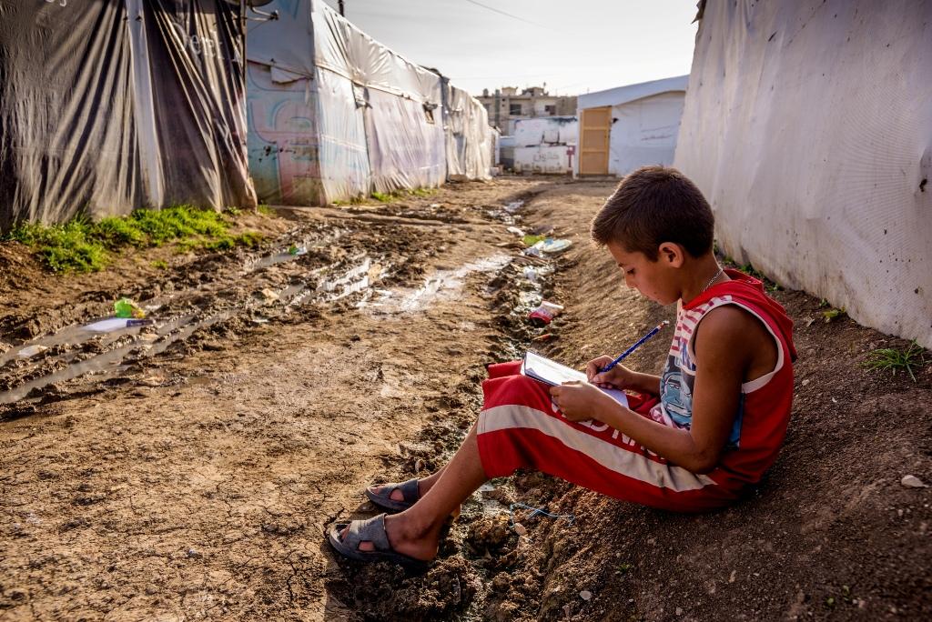 這名暫時棲身黎巴嫩難民營內的敍利亞難民男童,仍然專心學習。