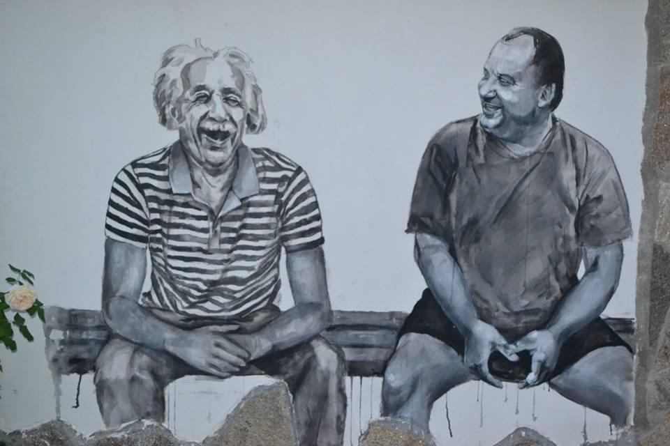 與村民談笑風生的愛因斯坦。圖片來源:PCCA Old Iron Village Bulgaria