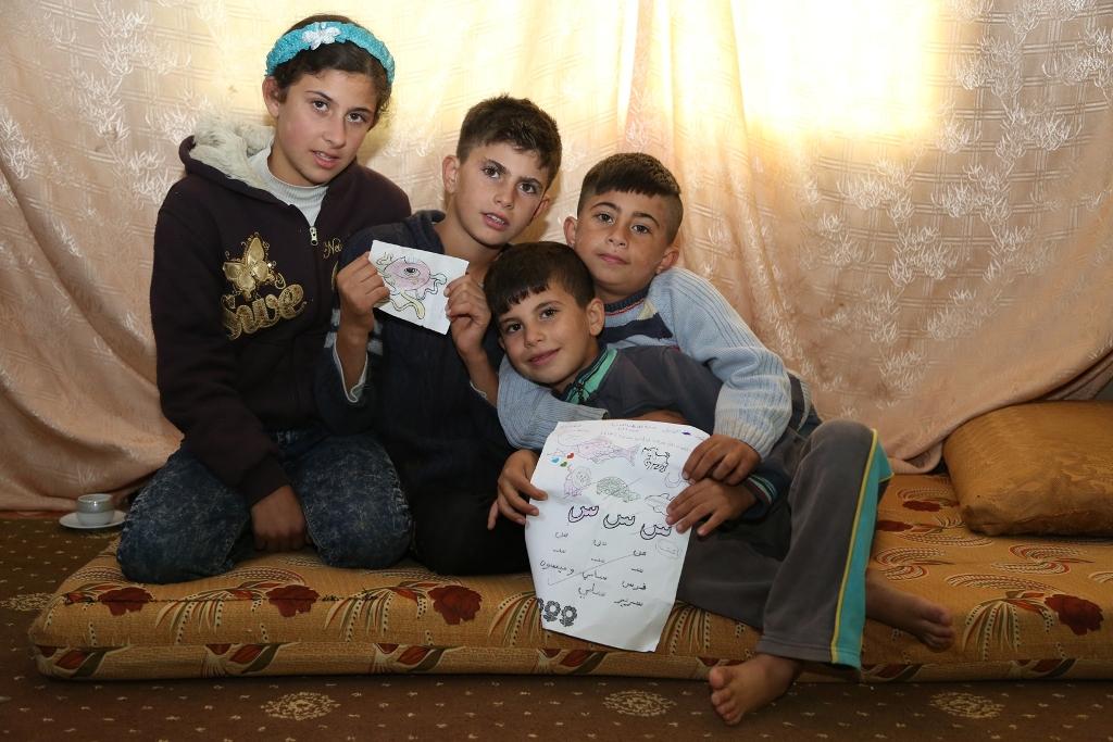 十歲的阿默(左二)和八歲的穆罕默(右一)與家人從敍利亞逃到約旦後,因為賺錢幫補家計,未能上學。
