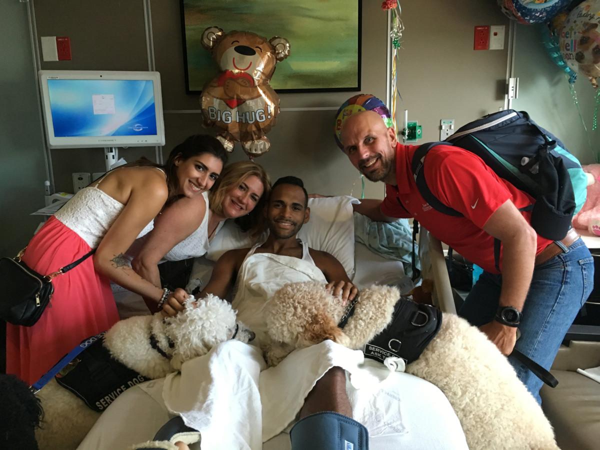 年前波士頓爆炸案的倖存者帶著狗狗探訪奧蘭多槍擊案的受傷者。 圖片來源:路透社