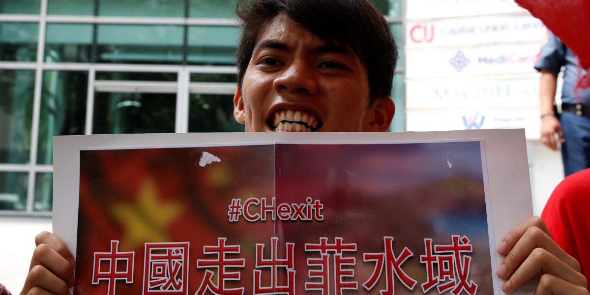 菲律賓民眾示威,要求「中國走出菲水域」(#Chexit)。 圖片來源:路透社
