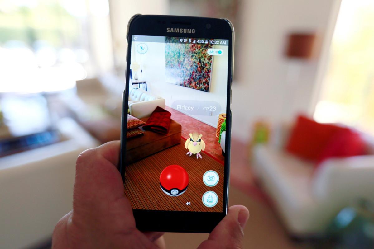任天堂新手機遊戲 Pokémon Go 玩法新穎,可從圖中可見,它融入了 AR 技術。 圖片來源:路透社