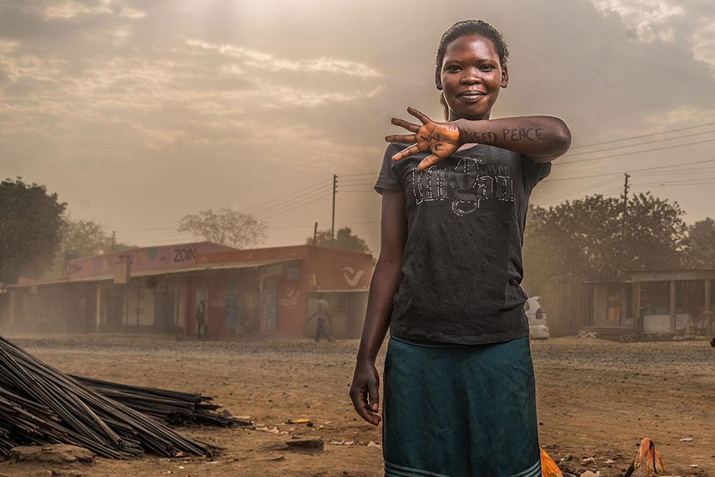 「我們要和平。」(We need peace.)我們與攝影師邀請南蘇丹人在他們的皮膚上,寫上他們的願望。上圖攝於南蘇丹首都朱巴市街頭。(攝影:ROBERT FOGARTY/DEAR WORLD/OXFAM INTERNATIONAL)