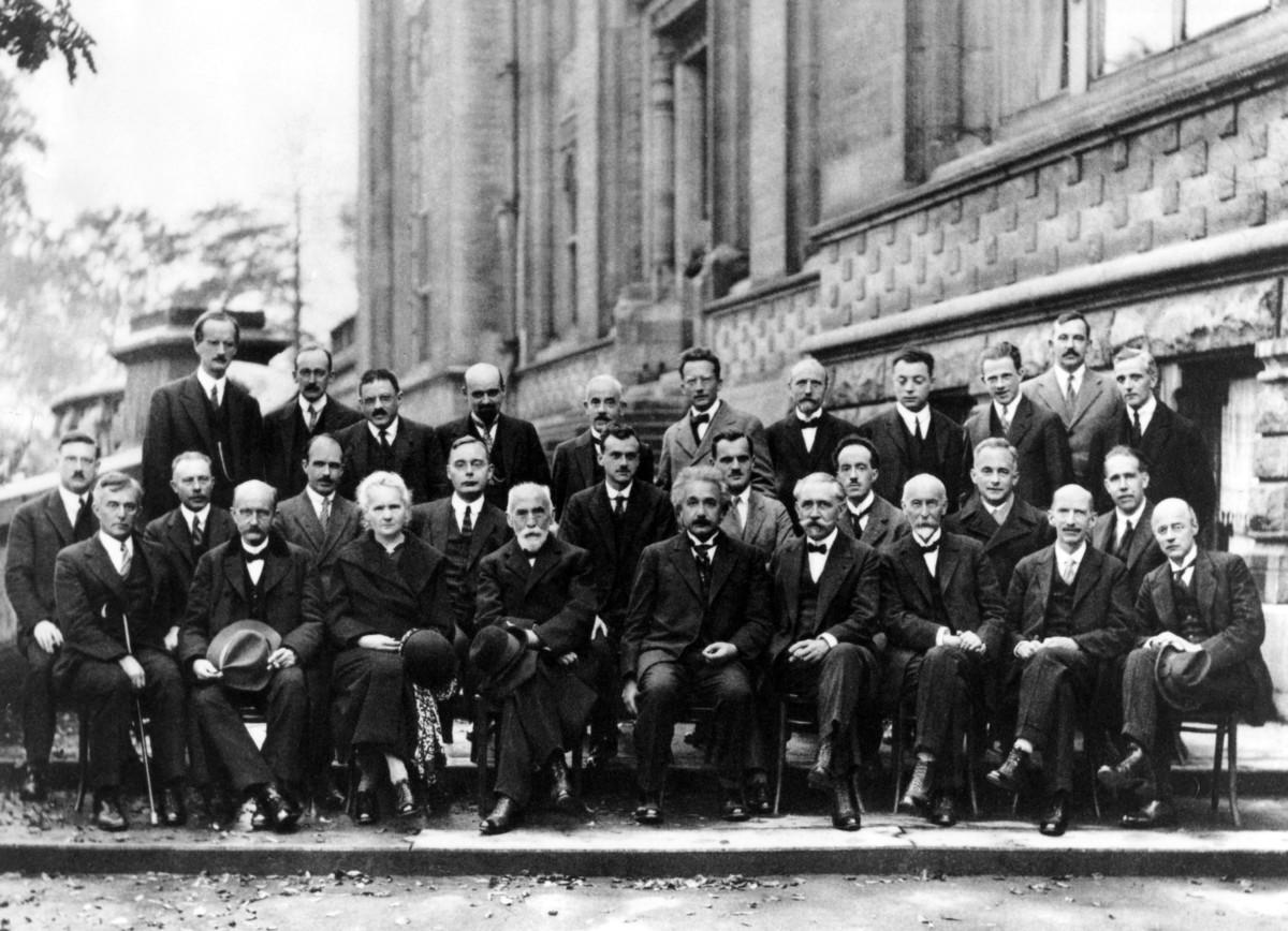 1927 年參與索爾維會議的科學家合照。出席者皆是當時世上最舉足輕重的物理學家,包括愛因斯坦、居禮夫人、波耳、龐加萊等。 圖片來源:wikicommons