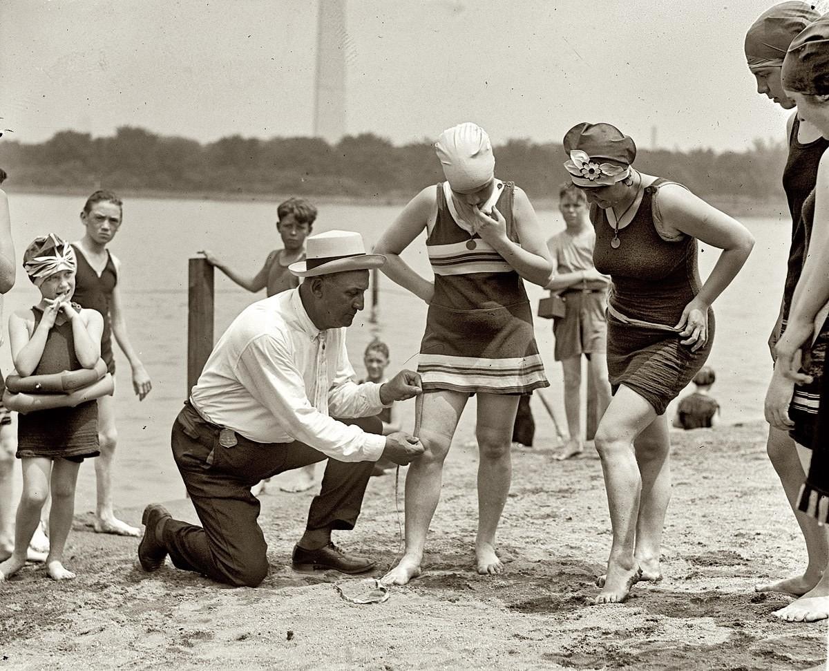 一名泳衣警察正以軟尺「執法」,量度女士的泳衣長度是否合格。圖片來源:Pinterest