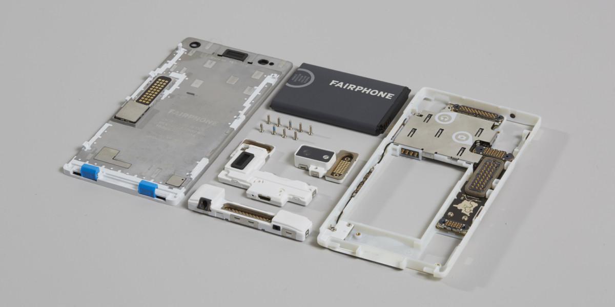 第二代的公平手機以更易換零件為賣點,機殼和內部零件一目了然。 圖片來源:Fairphone