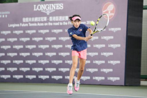 11 歲的香港網球女將韋怡靜,贏過不少獎,夢想為職業球手,父母說:「打波唔係贏就輸,輸係自然的事……每樣事情最緊要都係態度,好似讀書未必要考全級頭幾名,但上堂做功課都要認真。」。圖片來源:LONGINES