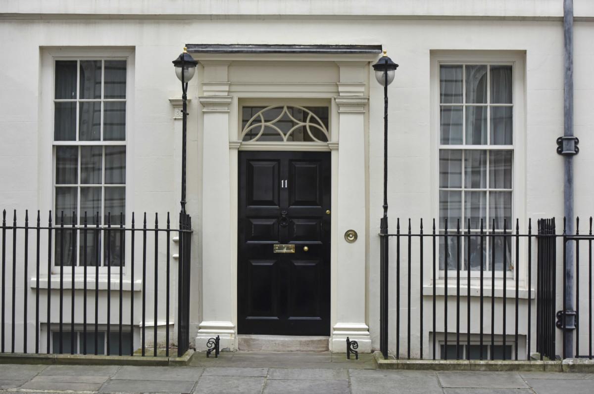 白色牆身的唐寧街 11 號面積較「正室」寬敞,近年甚受英揆歡迎。