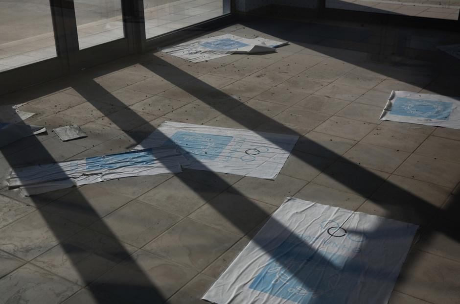 散落一地的褪色海報。圖片來源:路透社