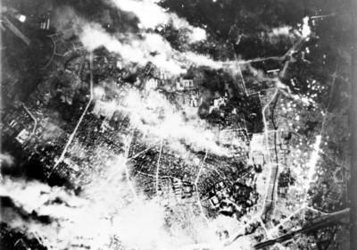 1945 年 5 月 25 日,東京遭燃燒彈轟炸後的燃燒場景。圖片來源:wikipedia