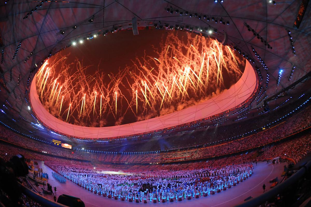 開幕式中,運動員進場後的煙花匯演,一片火紅。圖片來源:Wikimeia