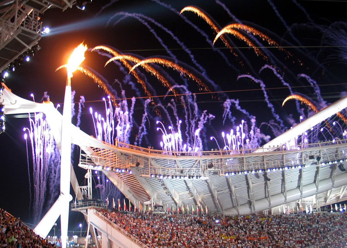 2004 年開幕時的聖火與煙花。圖片來源:Wikimedia