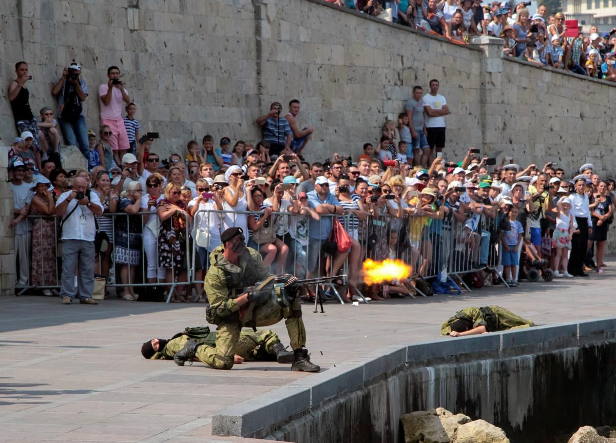 7 月 31 日,俄國海軍在克里米亞「表演」。 圖片來源:路透社