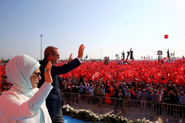 土耳其總統埃爾多安日前組識了「民主和烈士集會」(Democracy and Martyrs Rally),在集會中向支持者揮手。