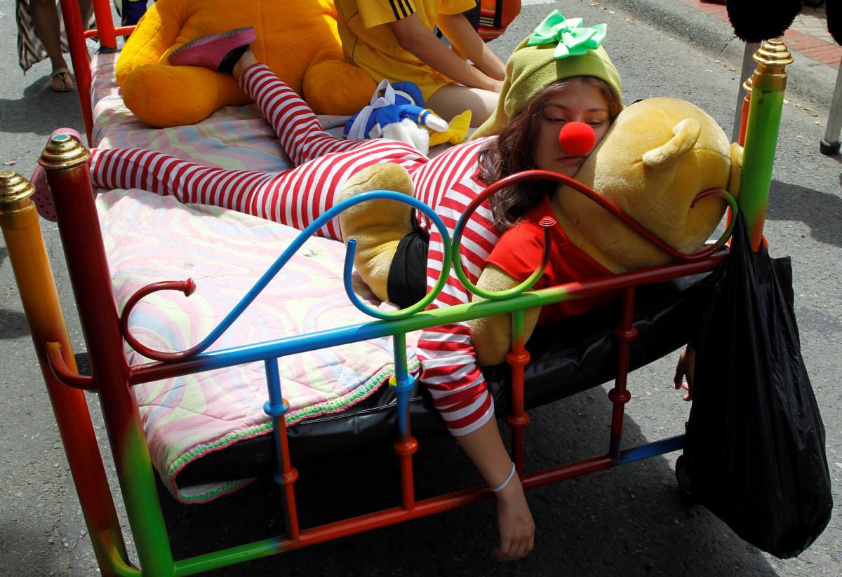 女孩參與在哥倫比亞伊塔圭舉行的 World Day of laziness。圖片來源:路透社