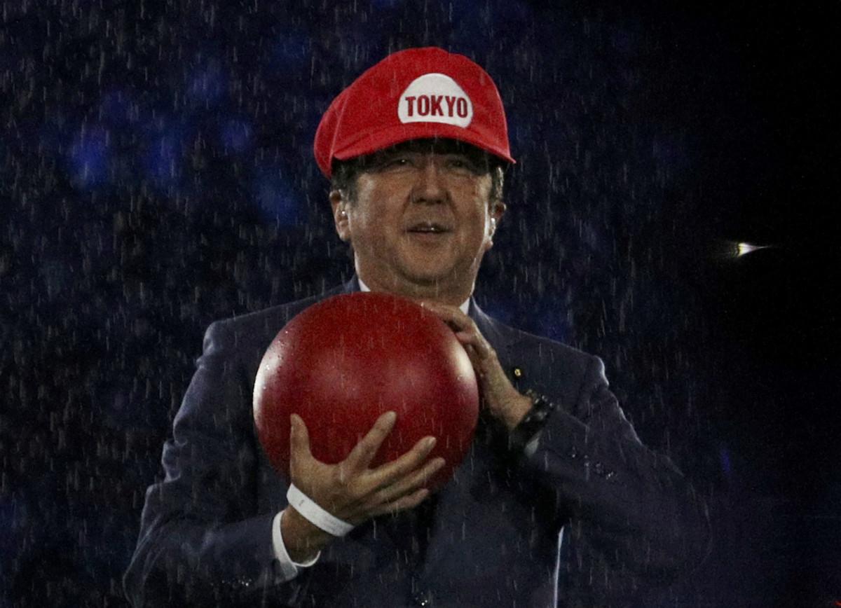 安倍能否以首相身份出席東京奧運,抑或是吉祥物馬里奧身份? 圖片來源:路透社