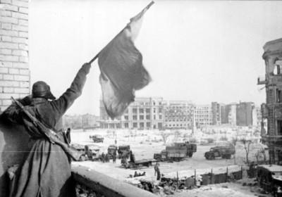 紅軍士兵在 1943 年獲勝後於史太林格勒城中揮動旗幟。圖片來源:wikipedia