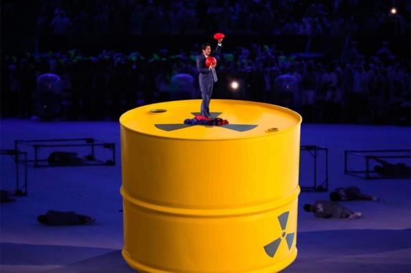 不少網民對安倍亮相一幕進行惡搞,包括將巨型「水管」,改成印有「輻射」標誌的鐵桶。圖片來源:@siimaru/Twitter