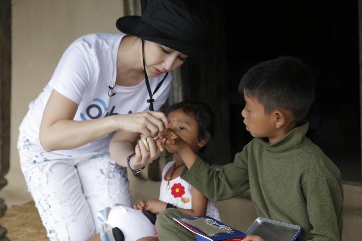 奧比斯兒童大使關詠荷親身前往尼泊爾探訪,她更送贈玩具給 Shrer,讓他感受來自香港的溫暖。