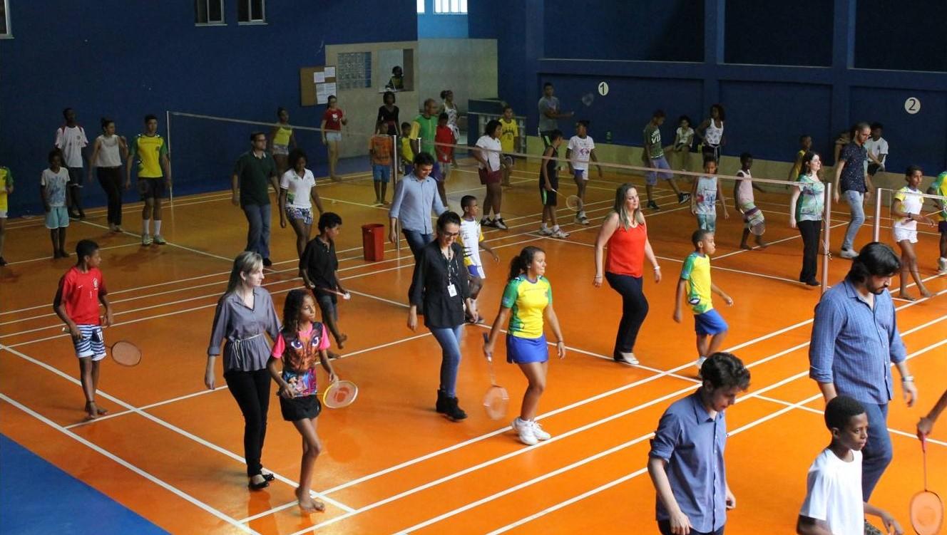 學員親自落場,教訪客如何隨著森巴節奏,練習羽毛球步法。圖片來源:Miratus Association