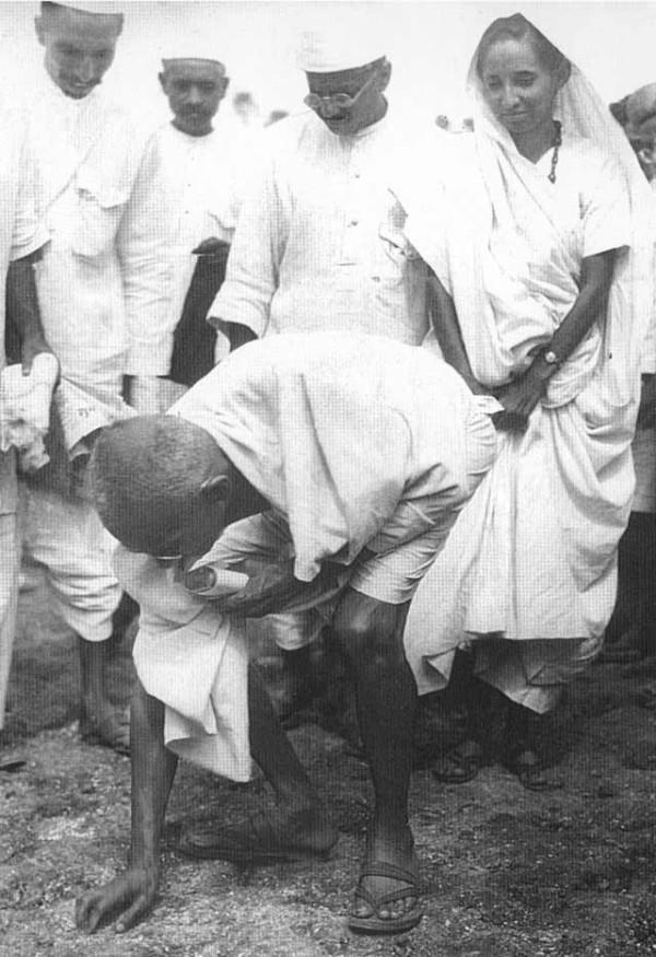 著名的「食鹽長征」(Salt March)。圖中甘地正執拾地上的鹽粒。圖片來源:Wikipedia
