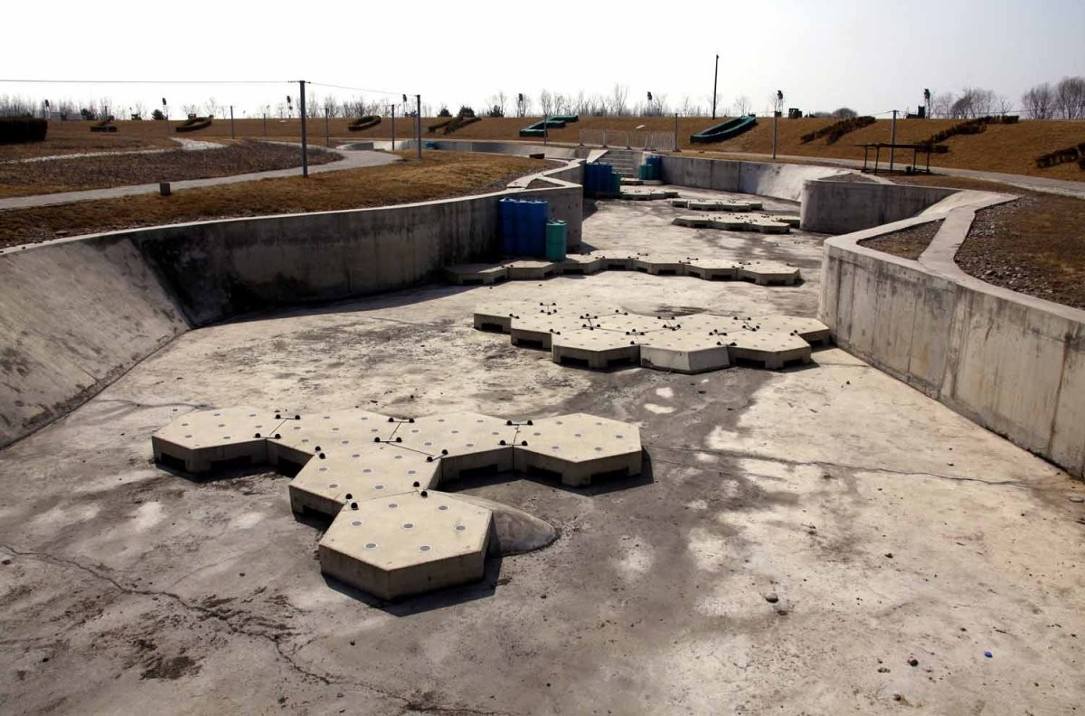 奧運艇皮划艇中心賽道已乾塘。圖片來源:路透社
